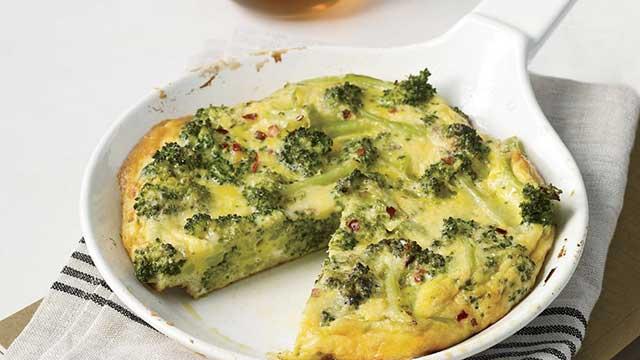 Омлет из двух яиц, пучка шпината и брокколи - хорошая идея для ужина