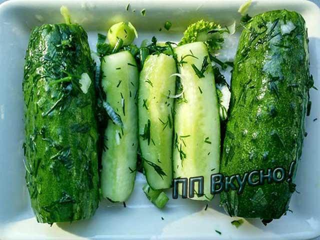 Малосольные огурцы с зеленью укропа, чесноком, засоленные в пакете