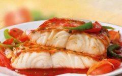 Как запечь быстро и просто в духовке рыбу под овощами
