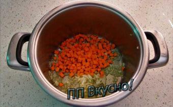 Добавляем лук с морковкой